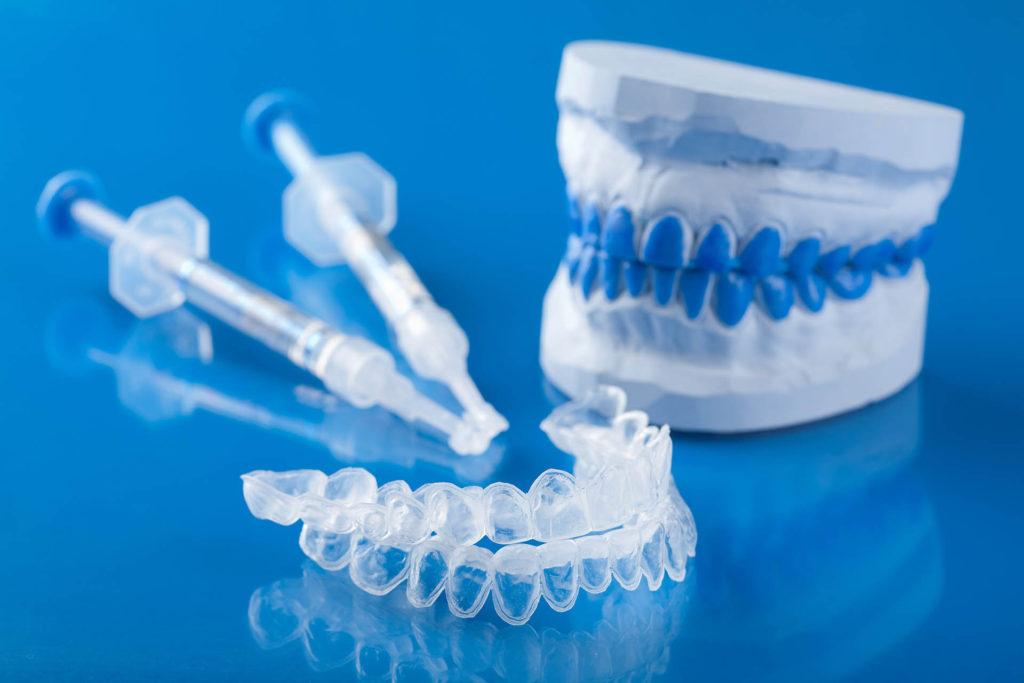 Mascherina e siringhe di gel per sbiancare i denti